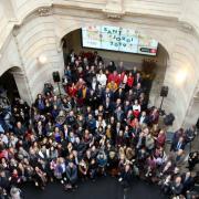 Foto de família durant l'esmorzar de Sant Jordi amb polítics i escriptors al Palau de la Virreina