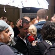 Jordi Cabré, amb un paraigües, durant l'esmorzar de Sant Jordi al Palau de la Virreina