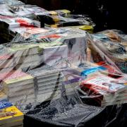 Llibres protegits per plàstics en una parada de llibres