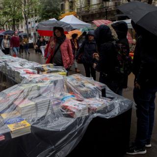 Gent mirant llibres en una parada