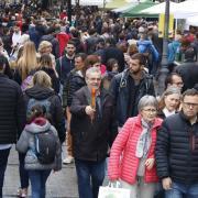 Un home mira una parada a Lleida