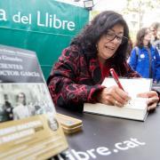 L'escriptora Almudena Grandes firmant un llibre