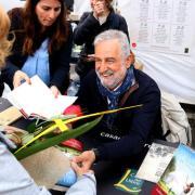 L'escriptor Rafel Nadal saluda una lectora
