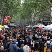 La Rambla de Barcelona plena per Sant Jordi