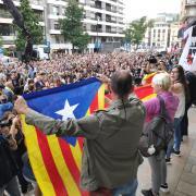 Protesta a l'exterior de la delegació de la Generalitat a Girona, aquest dilluns després de la sentència