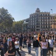 Concentració d'estudiants a la Plaça Catalunya de Barcelona, aquest dilluns després de la sentència