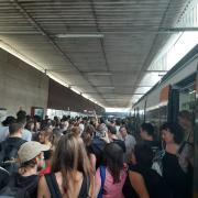 Un grup de manifestants arriba en tren a l'estació de la terminal T2, aquest dilluns al Prat