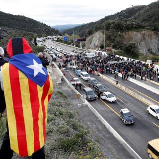 Els manifestants criden consignes reclamant la llibertat dels presos independentistes