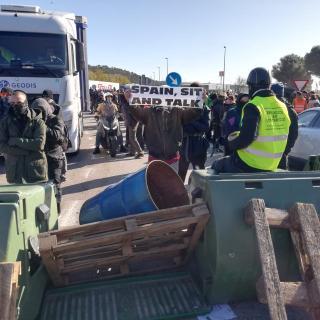 Centenars de persones bloquegen l'N-II a la Jonquera amb talls intermitents i simultanis