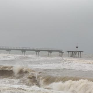 El temporal Glòria ha trencat el pont del Petroli, a Badalona