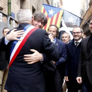 El president Carles Puigdemont abraça l'alcalde de Perpinypa Jean-Marc Pujol