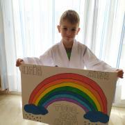 L'Aitor de sis anys segueix practicant el taekwondo i també aprofita per dibuixar l'arc de sant martí