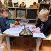 Pintar és una bona manera de passar l'estona. L'Arnau i en Martí ho tenen clar. Artistes de tres anys!