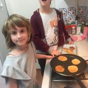 En Jem i la Caterina cuinant.