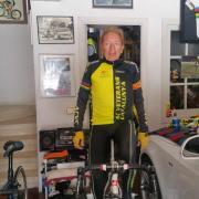 L'Encarna envia una foto del seu home, Josep Bruguera, que no deixa de fer el seu esport preferit, el cicilsme. Ara des del garatge.