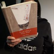 Jo em quedo a casa llegint un bon llibre.