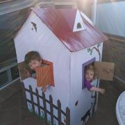 Amb un cartró gran de frigorífic trobat casualment al costat de casa hem construït una caseta pel Bernat i la Cèlia.