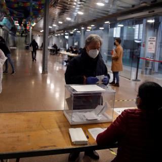 Una persona vota en un col·legi electoral