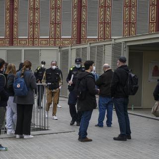 Titulars i suplents de les meses electorals abans d'entrar al col·legi del Mercat de Sant Antoni a Barcelona