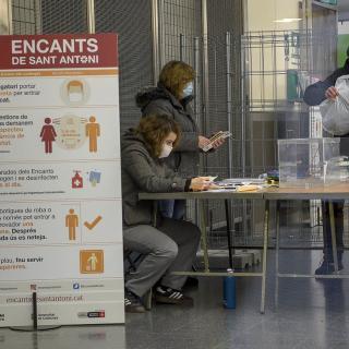 Membres de la mesa electoral ja constituïda al Mercat de Sant Antoni de Barcelona