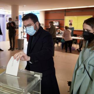 El candidat d'ERC, Pere Aragonès, vota a Pineda de Mar