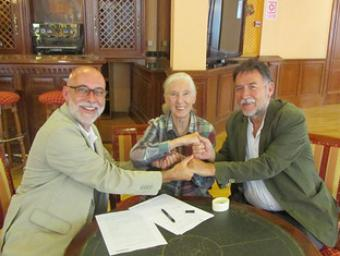 Deulofeu, Goodall i Boada en el moment de la firma del document