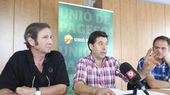 Rossend Saltiveri, responsable del sector porcí d'UP, amb Carles Mencos, d'UP a Osona, a la seva dreta Foto:ALBERT LLIMÓS