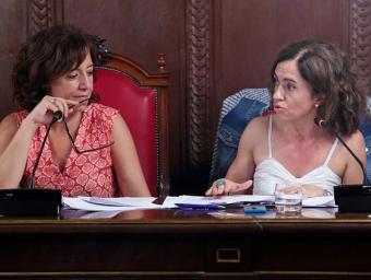 Anna Erra i Susagna Roura durant el ple d'aquest dimecres a l'Ajuntament de Vic Foto:ALBERT LLIMÓS