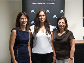 Meritxell Guerra, al centre, amb M. Isabel Fernández i Anna M. Asencio, de CaixaBank