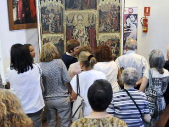 Un grup d'assistents observen de prop el retaule Foto:Ramon Ferrandis