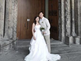Jacky Wu Qian i Chua Cher Wee, davant de la portalada del Monestir de Ripoll