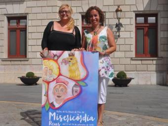 La regidora de Cultura, Montserrat Caelles, i Mercè Bessó, amb el cartell de Misericòrdia 2015 a les mans Foto:Enrique Canovaca