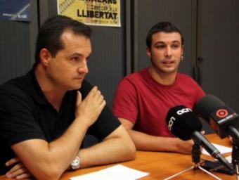 Els regidors de la CUP a l'Ajuntament de Reus Xavier Angelergues (a l'esquerra) i Edgar Fernández, durant la roda de premsa sobre l'ordenança de civisme que han ofert aquest migdia Foto:Marc Busquets