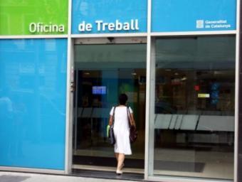 Una dona entra en una oficina del Servei d'Ocupació de Catalunya  Foto:ACN