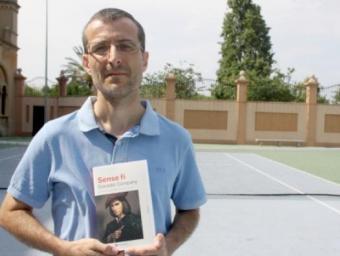 L'escriptor Salvador Company posa amb la seva novel·la 'Sense fi', Premi Ciutat de Tarragona 2015, en una pista de tennis a València, escenari relacionat amb la història del llibre Foto:ACN