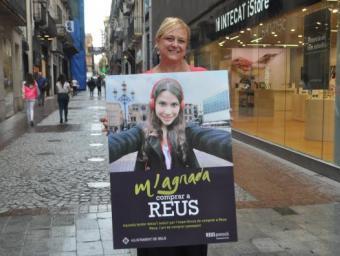 Montserrat Caelles, amb el cartell de la campanya promocional, al carrer de Monterols Foto:Enrique Canovaca