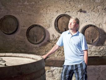 Brad Call en un espai de la casa on encara hi ha bótes i una premsa de vi antigues. Ell construirà una nova bodega Foto:Marc Sanyé