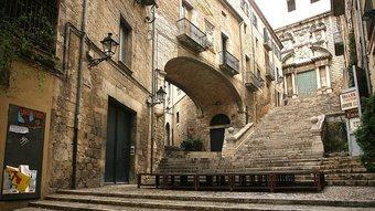 Una imatge de les escales de Sant Martí buides, ahir al matí, amb l'escenari de l'espectacle ja muntat. Foto:MANEL LLADÓ