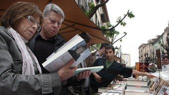 Una parada de llibres a la Rambla de Girona, amb el plàstic a punt, per tapar. Foto:LLUÍS SERRAT