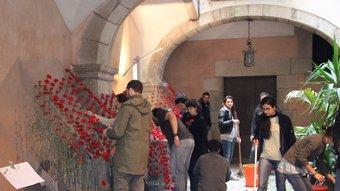 Una imatge de les feines que es feien ahir en un dels patis del carrer de la Força. Foto:JORDI NADAL