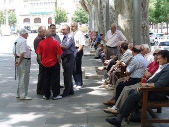 Un grup de jubilats conversen a la Rambla de Figueres.  Foto:JOSEP PUIGBERT