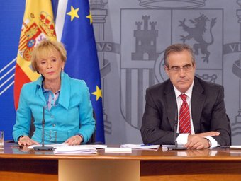 La vicepresidenta del Govern, Maria Teresa Fernández de la Vega i el ministre de Treball, Celestino Corbacho