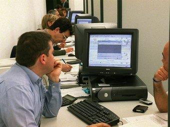 Funcionaris treballant en la campanya de la renda de 2009.
