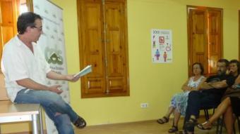 """Vicente Cortés presenta """"El tío Paragüero"""" a la biblioteca municipal de Figueroles de Domenyo. Foto:ESCORCOLL"""