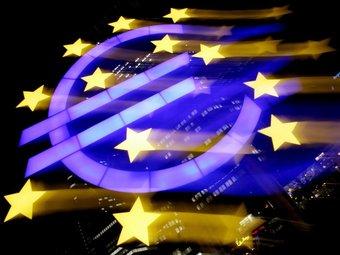 Fotografia a velocitat lenta del logotip de la seu central del Banc Central Europeu (BCE), a Frankfurt.  Foto:FRANK MAY/EFE