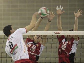 Xavier i Carles Mora fan un bloqueig durant un partit./  Foto:J.C.L