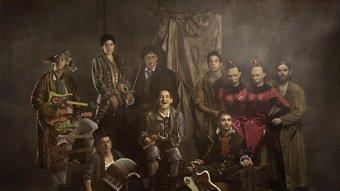 Albert Pla, Pascal Comelade i la resta de La Petita Orquestra Somiatruites, en una de les fotos promocionals de l'espectacle Somiatruites. Foto:DAVID RUANO