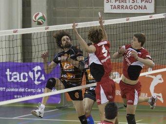Bernal, Altamirano i Carles Mora lluiten a la xarxa.  Foto:TJERK V.MEULEN