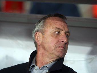 Johan Cruyff, en un moment del partit d'ahir a Montjuïc. /  Foto:O.DURAN