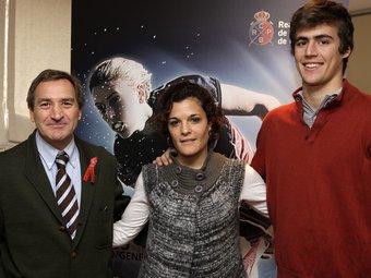 Javi Cabot, nou director de la cita, i els jugadors Núria Camon, capitana, i Àlex Casasayas.  Foto:RC POLO